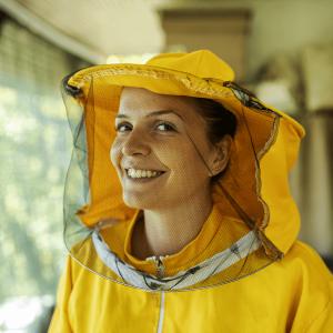 mestieri femminili, apicoltrice